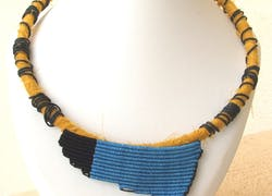 Collar textil en azul y negro inspiración Joan Miró