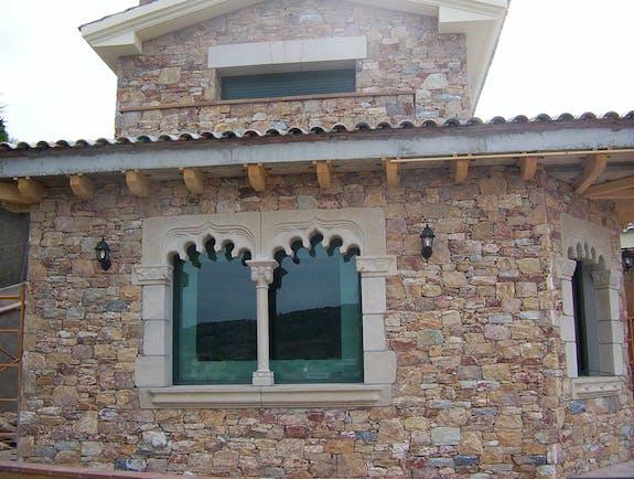 Ventana gótica con columna y capitel